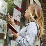 femme cherchant des biens immobileirs